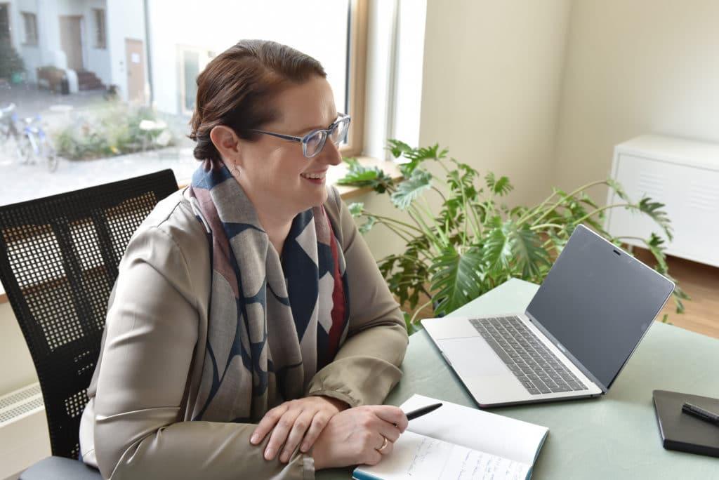 Dr. Ute Heeger im Kundengespräch